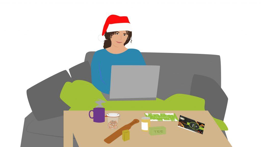 Aimée sitzt mit dem Laptop auf dem Sofa