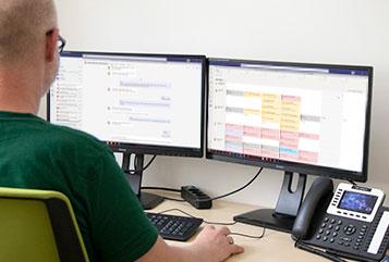Mitarbeiter bei der Implementierung von Teams